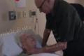 Canta alla moglie che sta morendo la loro canzone d'amore: 92enne commuove il web
