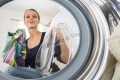 Mette l'aceto in lavatrice insieme al bucato, quello che succede dopo è…