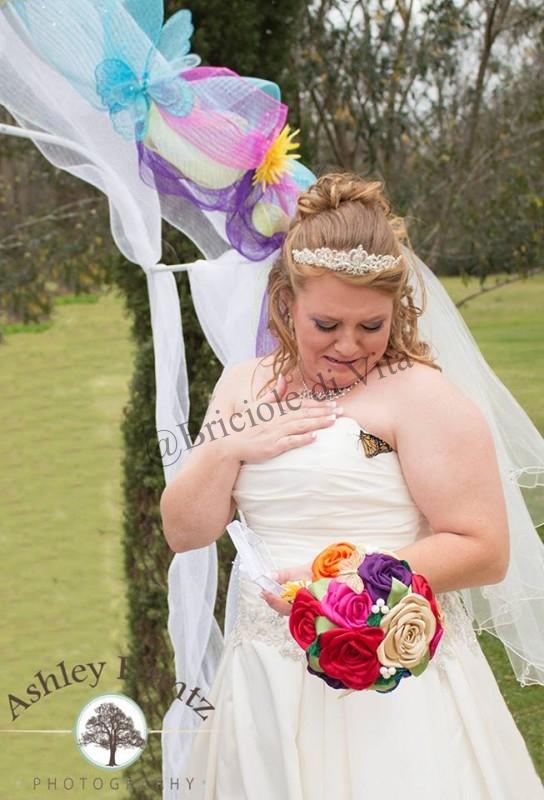 Una farfalla si posa sul suo abito da sposa …sa che è sua figlia morta che le fa gli auguri