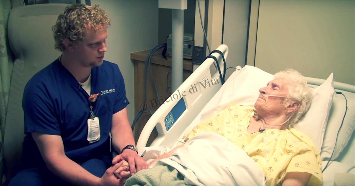 L'infermiere prende per mano l'anziana signora e fa qualcosa che la commuove fino alle lacrime!