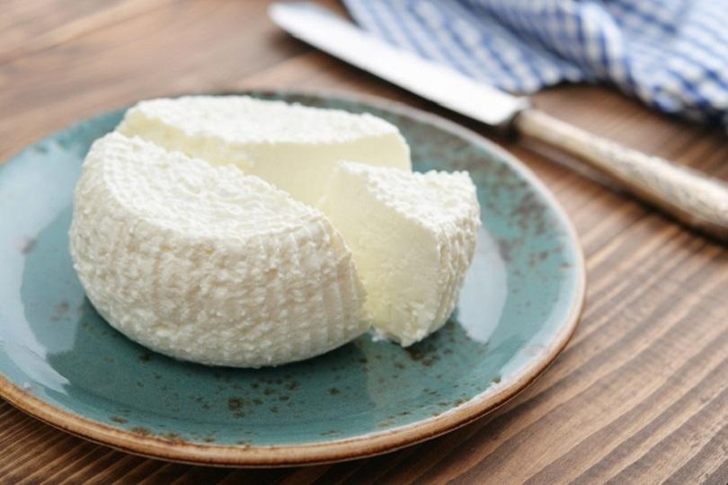Con un litro di latte puoi preparare da solo il formaggio . Ingredienti: 1000 g di latte fresco succo di mezzo limone 1 vasetto di yogurt bianco non zuccherato o greco 1 m di garza